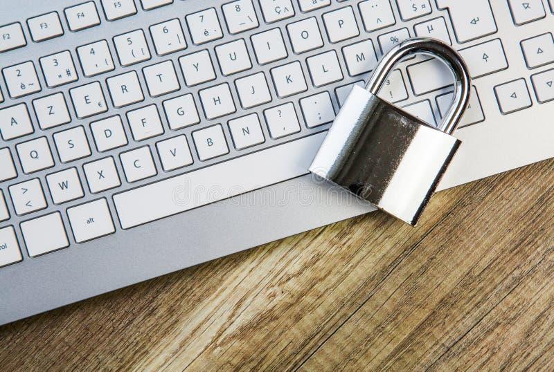 Metáfora asegurada teclado del ordenador portátil con el candado fotos de archivo