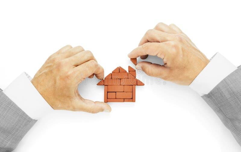 Metáfora de construir una casa, el ladrillo pasado, terminación de obras imágenes de archivo libres de regalías