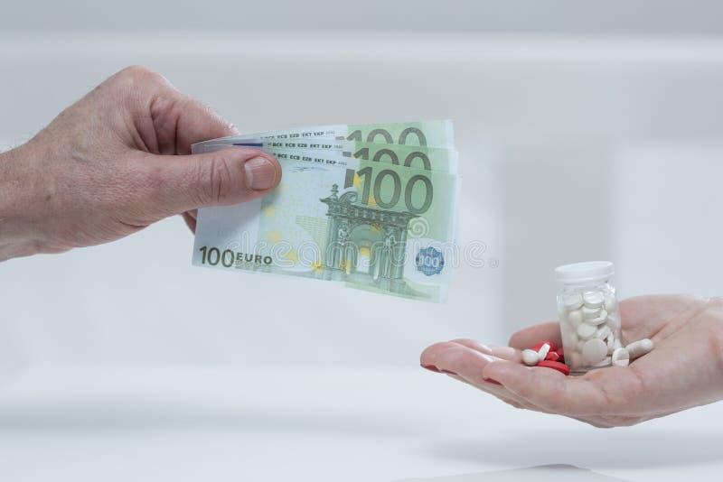 Metáfora de la medicina costosa fotos de archivo libres de regalías