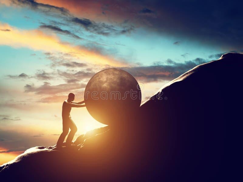 Metáfora de Sisyphus Homem que rola a bola concreta enorme acima do monte