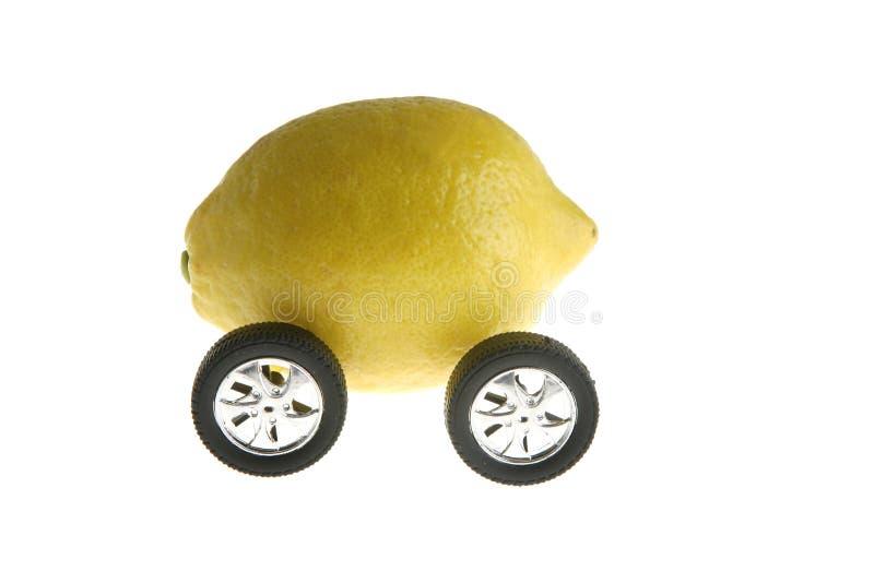 Metáfora, limón y ruedas ecológicos del transporte imágenes de archivo libres de regalías