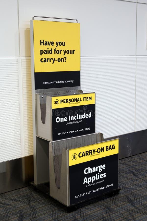 Metálico continue a bagagem e o sizer pessoal do artigo imagens de stock royalty free