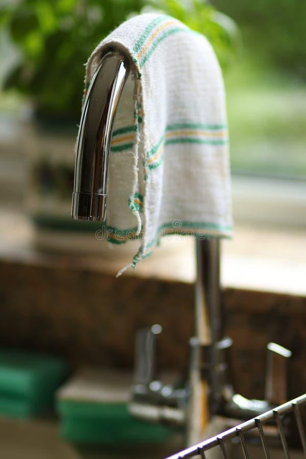 Metálico del golpecito de la cocina atado sobre fregadero en un cierre casero de la cocina para arriba fotografía de archivo