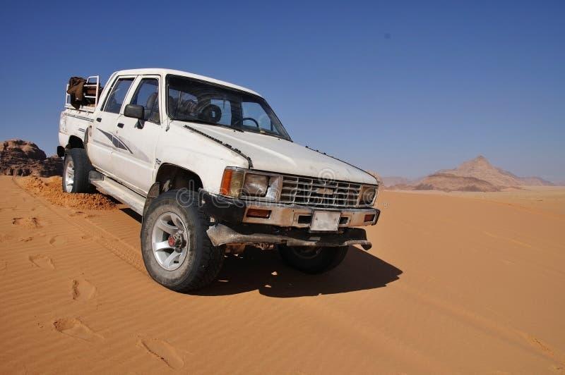 met 4 wielen in de woestijn van de Rum van de Wadi stock foto's