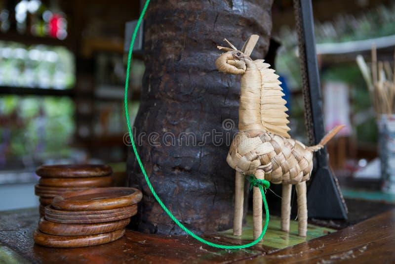 Met de hand gemaakt die stuk speelgoed paard van de bar van de strodecoratie wordt gemaakt stock foto