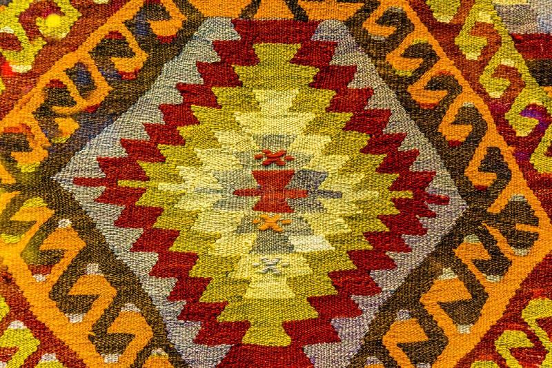Met de hand gemaakt geweven deken en tapijtwerk, uitstekende deken in de Bazaar Turkije van Egypte stock foto