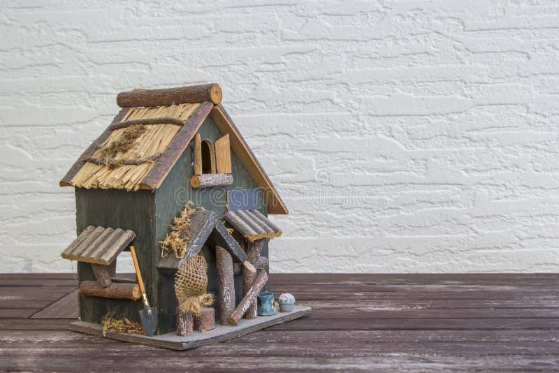 Met de hand gemaakt huis op houten achtergrond met exemplaarruimte Het Zoete Huis van het huis stock foto