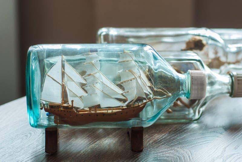 Met de hand gemaakt schip in een fles royalty-vrije stock foto's