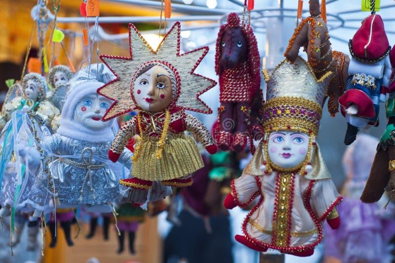 Met de hand gemaakt speelgoed, poppen op een Kerstmismarkt in St. Petersburg, Russ royalty-vrije stock foto