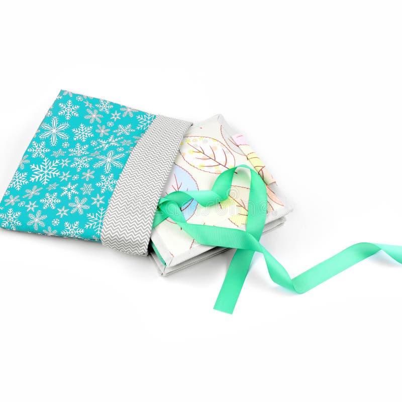 Met de hand gemaakt textielboek in gift het verpakken stock fotografie