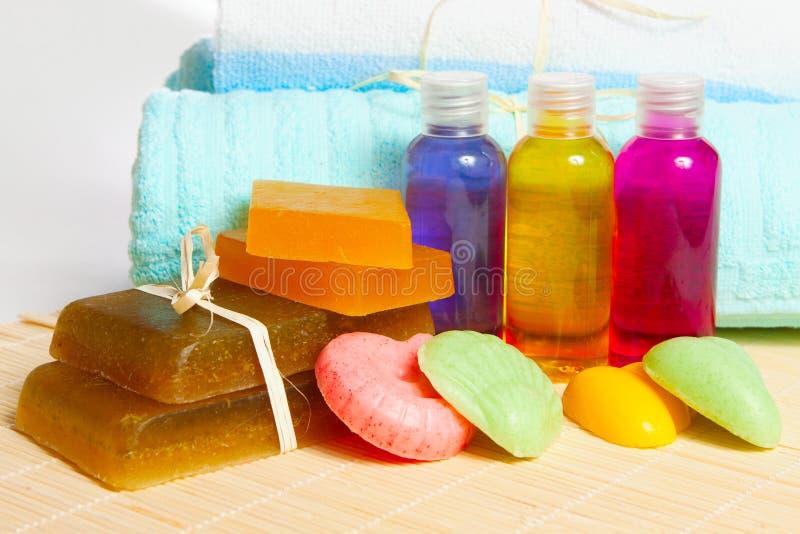 Met de hand gemaakt zeep, shampoo en douchegel met een handdoek stock afbeeldingen