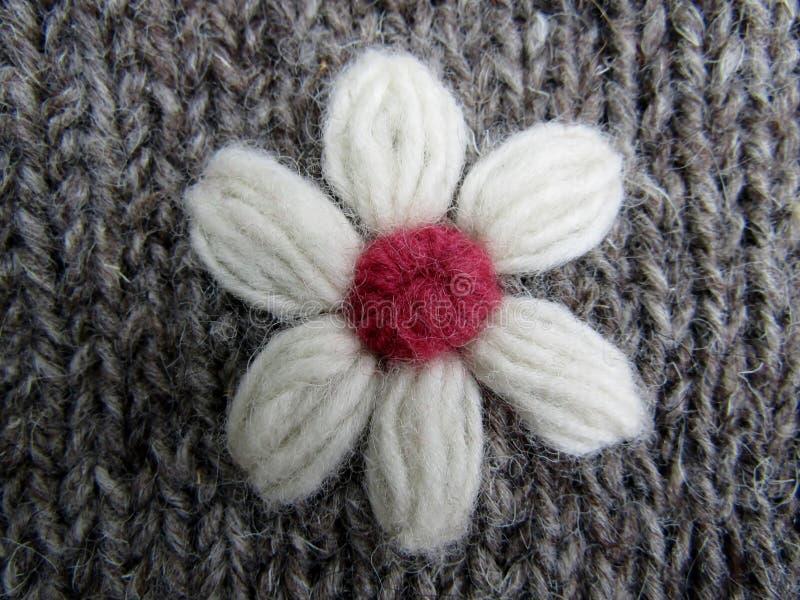 Met de hand gemaakte breiende wol witte bloem stock afbeeldingen