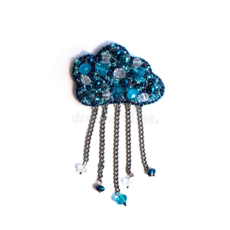 Met de hand gemaakte broche in de vorm van een wolk van parels en lovertjes royalty-vrije stock afbeeldingen