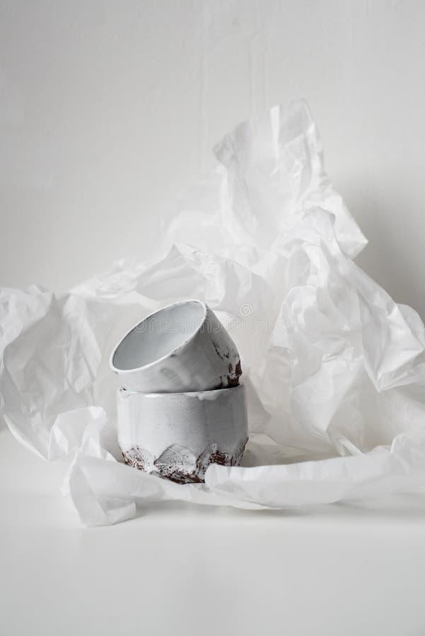 Met de hand gemaakte ceramische vaas op gedeukt Witboek stock foto