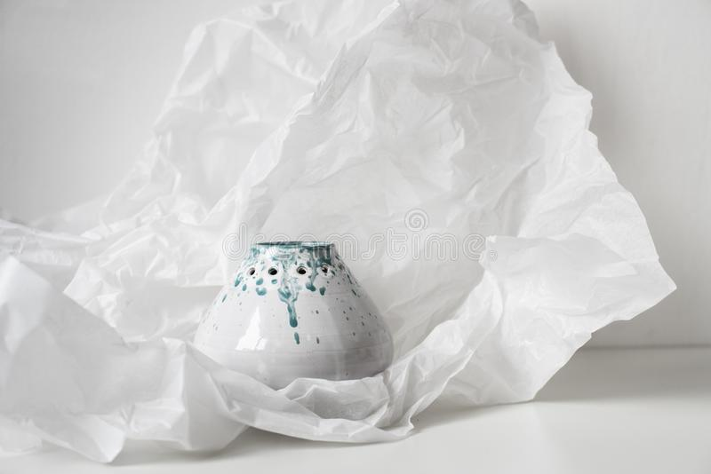 Met de hand gemaakte ceramische vaas op gedeukt Witboek royalty-vrije stock fotografie