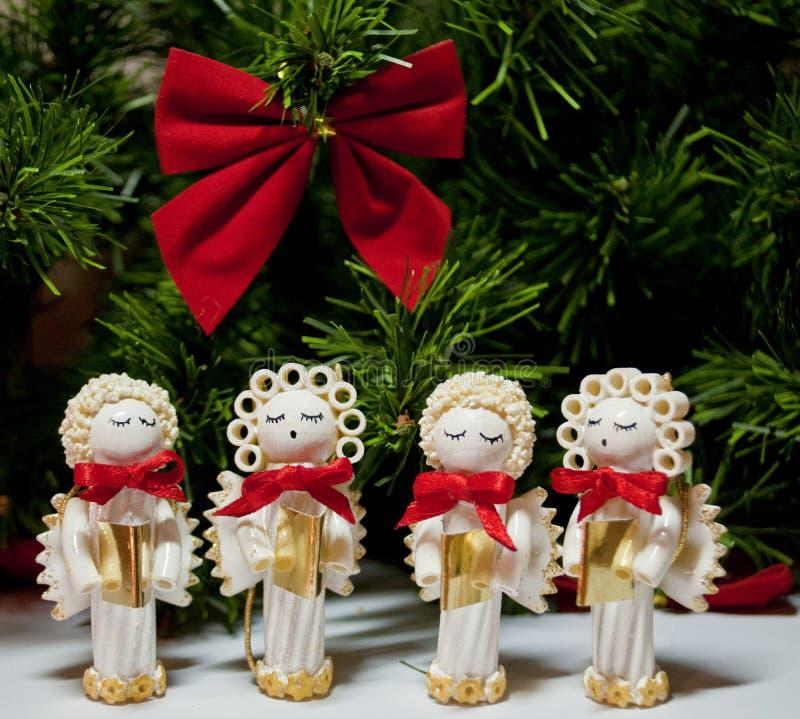 Met de hand gemaakte die carolers van Kerstmisengelen van deegwaren wordt gemaakt royalty-vrije stock foto