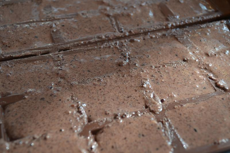 Met de hand gemaakte die chocoladerepen met eenvoudige ingrediënten worden gemaakt stock afbeeldingen