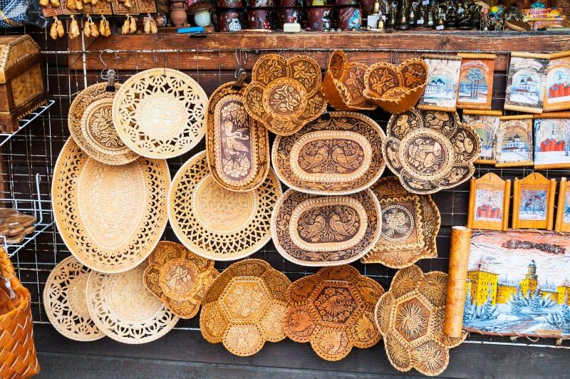 Met de hand gemaakte die platen van berkeschors met diverse vormen en patronen worden gemaakt - herinneringshandel in Veliky Novg royalty-vrije stock foto