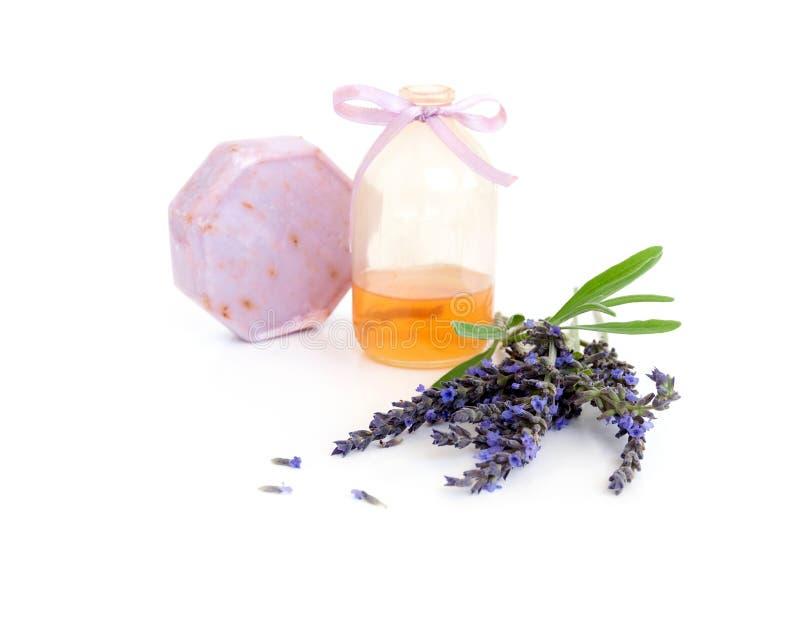 Met de hand gemaakte die zeep met lavendel en lavendelolie op wit wordt geïsoleerd stock foto's