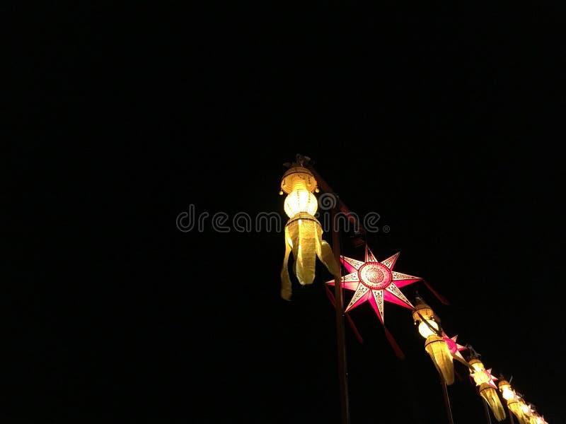 Met de hand gemaakte document lantaarns bij nacht stock foto's