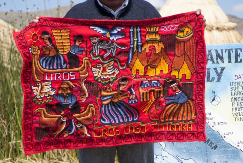 Met de hand gemaakte en kleurrijke Peruviaanse die dekens op Abra la Raya tussen Cusco en Puno worden verkocht stock afbeeldingen