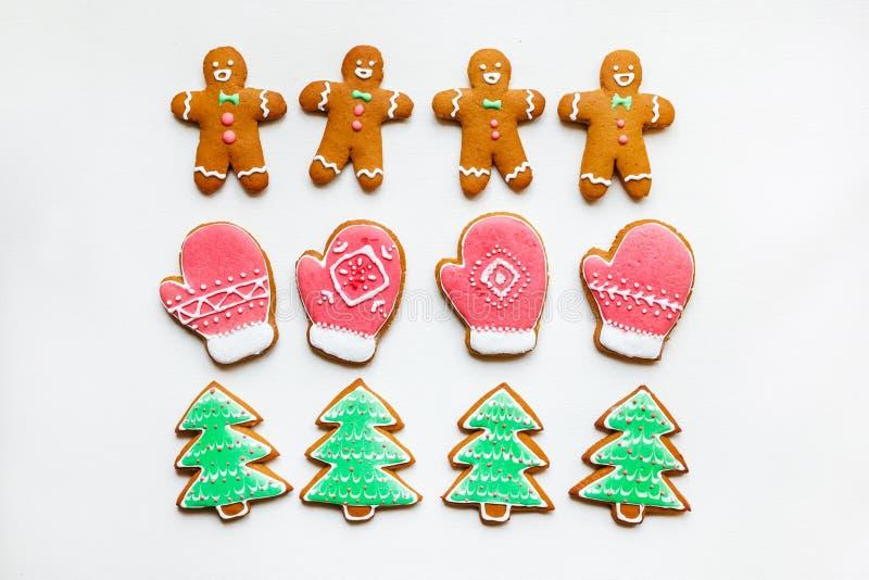 Met de hand gemaakte feestelijke peperkoekkoekjes in de vorm van sterren, sneeuwvlokken, mensen, sokken, personeel, vuisthandscho stock foto