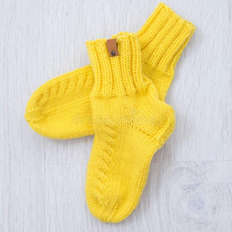 Met de hand gemaakte gele gebreide sokken stock foto