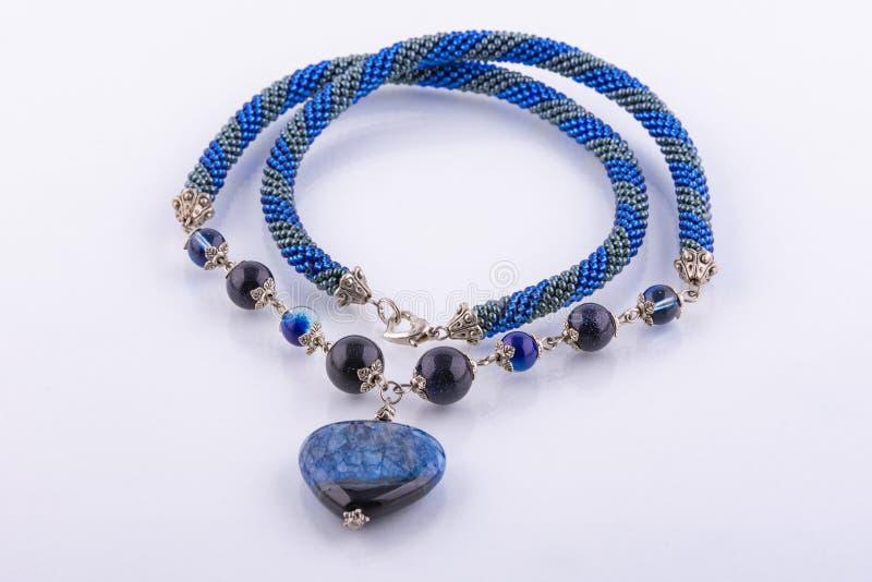 Met de hand gemaakte geparelde blauwe halsband royalty-vrije stock afbeelding