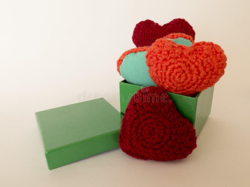 Met de hand gemaakte gift voor de dag van Valentine ` s in een doos royalty-vrije stock afbeelding