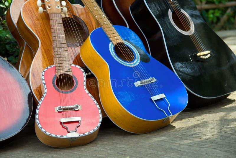 Met de hand gemaakte gitaren op straatverkoop stock afbeelding
