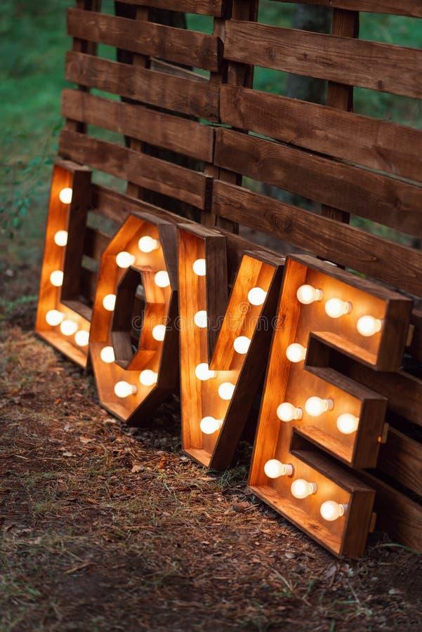 Met de hand gemaakte gloeiende liefdebrieven moderne huwelijksdecoratie in openlucht stock afbeeldingen