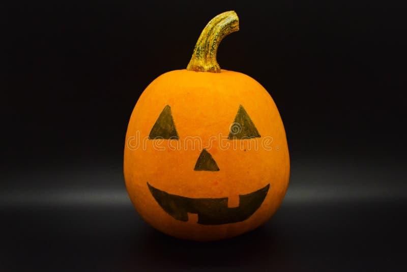 Met de hand gemaakte Halloween gekleurde die pompoen op zwarte achtergrond wordt geïsoleerd Het schot van de studio stock foto's