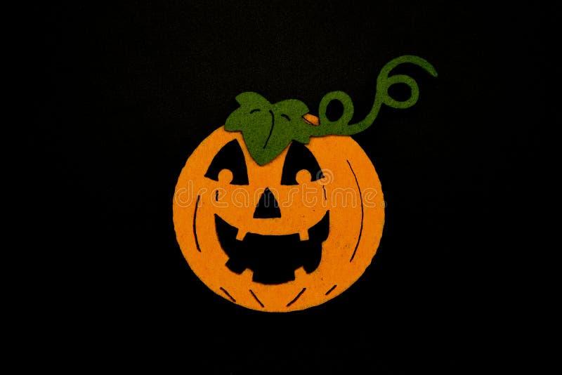 Met de hand gemaakte Halloween-pompoen met groene die bladeren op zwarte achtergrond worden geïsoleerd Sponspompoen royalty-vrije stock foto's