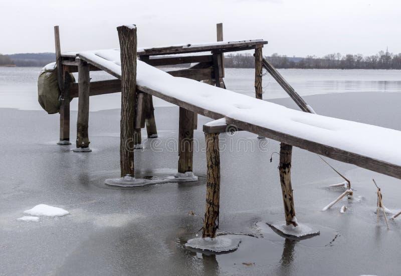 Met de hand gemaakte houten pijler op de rivierbank royalty-vrije illustratie