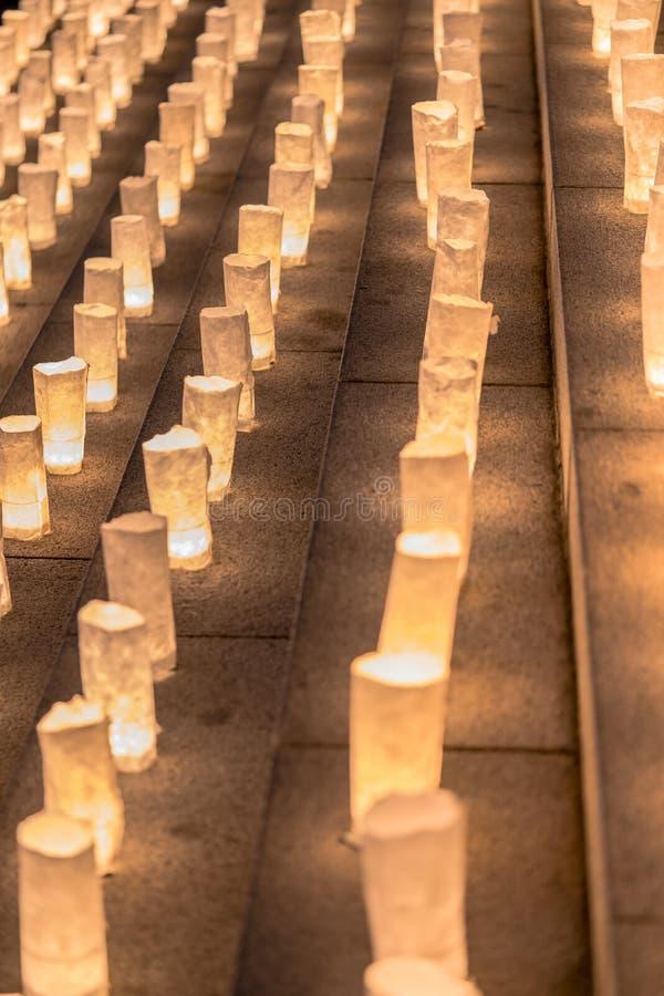 Met de hand gemaakte Japanse washidocument lantaarns die de stappen verlichten van royalty-vrije stock afbeeldingen