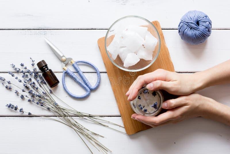 Met de hand gemaakte kaarsen met lavendel op houten hoogste mening als achtergrond royalty-vrije stock afbeelding