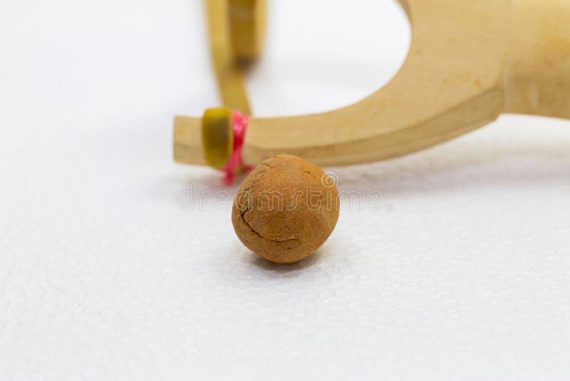 Met de hand gemaakte katapultkatapult Y-vormige houten die stok met elastiek tussen twee hoogste delen wordt gebonden De katapult stock foto