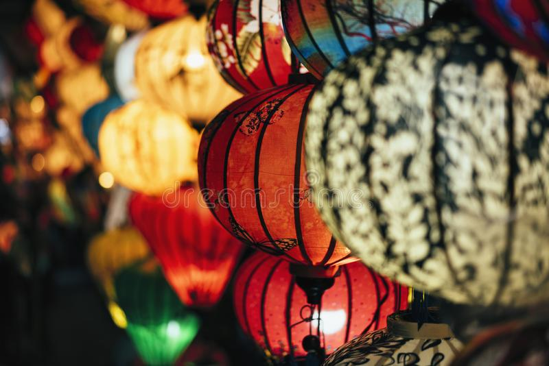 Met de hand gemaakte kleurrijke lantaarns bij de marktstraat van Hoi An Ancient Town, Unesco-de Plaats van de Werelderfenis in Vi stock fotografie