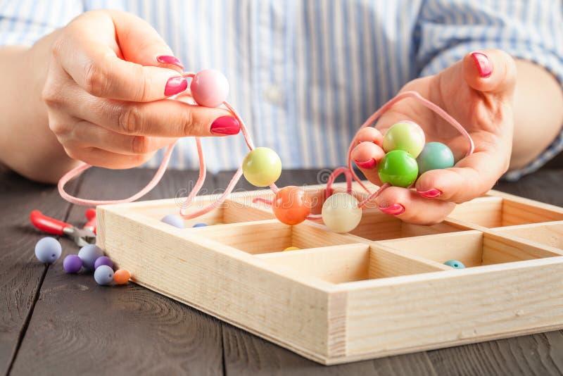 Met de hand gemaakte knooparmband Reeks heldere gekleurde knopen, buigtang DIY-het idee van armbandjuwelen Gemakkelijk maak creat stock afbeeldingen