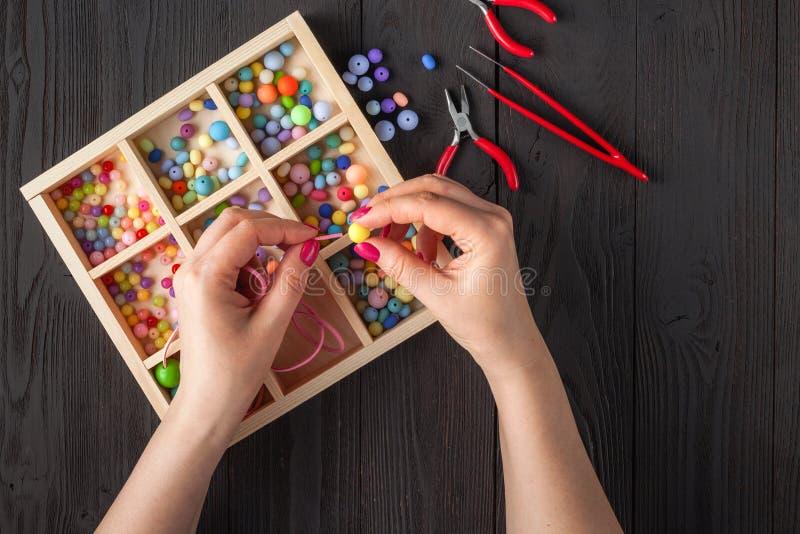 Met de hand gemaakte knooparmband Reeks heldere gekleurde knopen, buigtang DIY-het idee van armbandjuwelen Gemakkelijk maak creat stock foto
