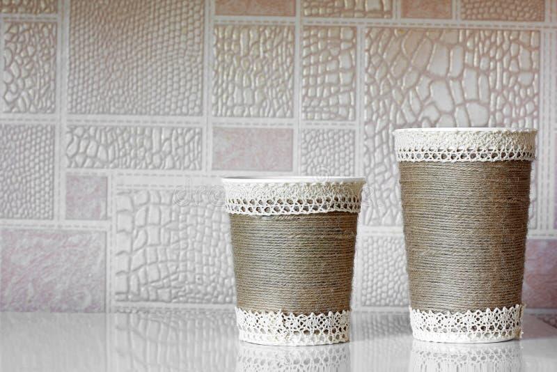 Met de hand gemaakte koppen in de keuken royalty-vrije stock fotografie