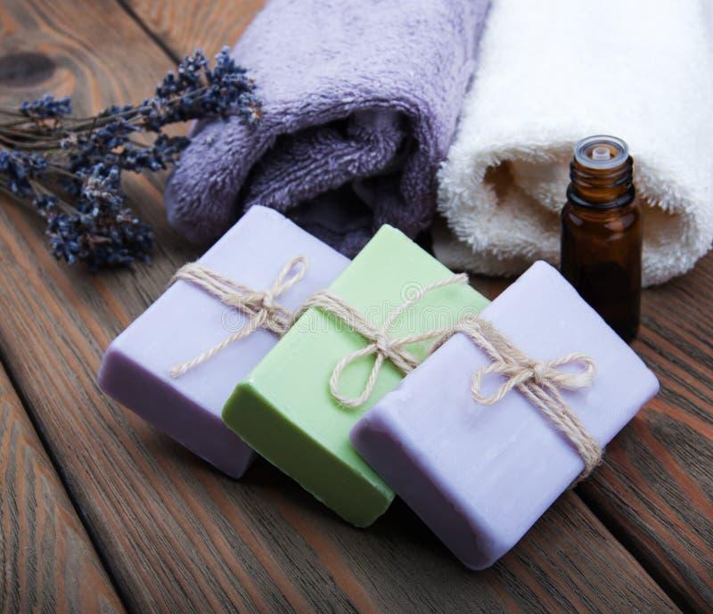 Met de hand gemaakte lavendelzeep en olie royalty-vrije stock foto's