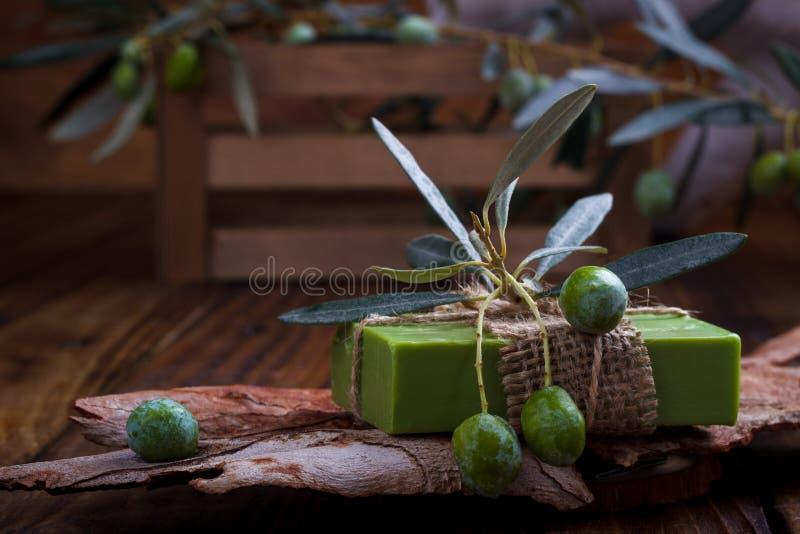 Met de hand gemaakte olijfoliezeep stock afbeeldingen