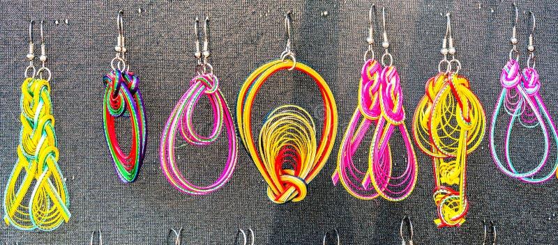Met de hand gemaakte oorringen met verschillende vormen en kleuren royalty-vrije stock foto