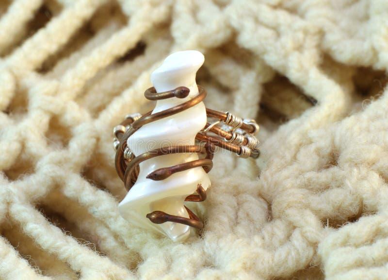 Met de hand gemaakte originele ring van paarlemoeren en draad royalty-vrije stock afbeeldingen
