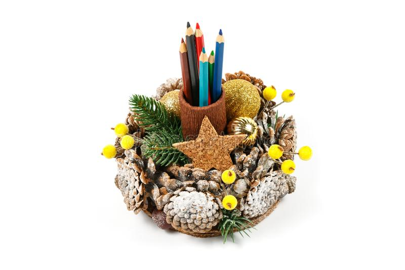 Met de hand gemaakte originele tribune voor potloden en pennen als gift voor Kerstmis of Nieuwjaar` s vakantie stock foto's