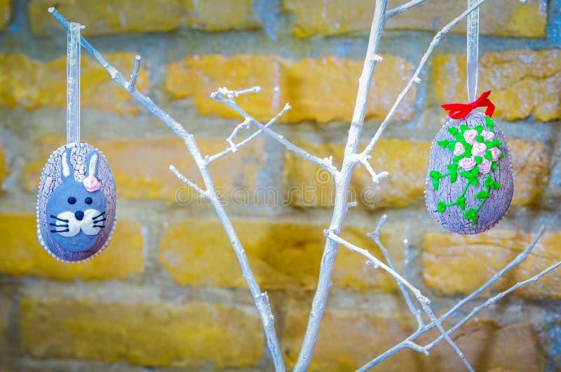 Met de hand gemaakte paaseidecoratie met groene bladeren stock foto