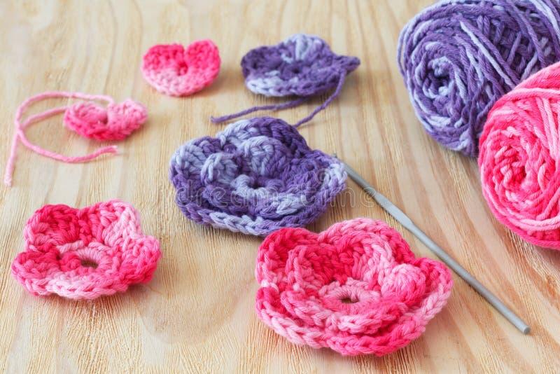 Met de hand gemaakte roze en purple haakt bloemen en hart royalty-vrije stock fotografie