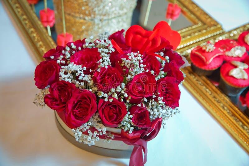Met de hand gemaakte roze en rode het hertvorm Valentine van boeketrose in love in close-up een doos in de vorm van een hart met  stock afbeeldingen