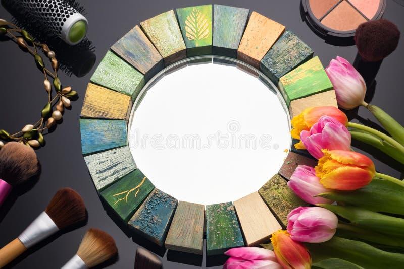 Met de hand gemaakte spiegel voor vrouwen voor de schoonheidsmiddelen van de gezichtssamenstelling royalty-vrije stock fotografie